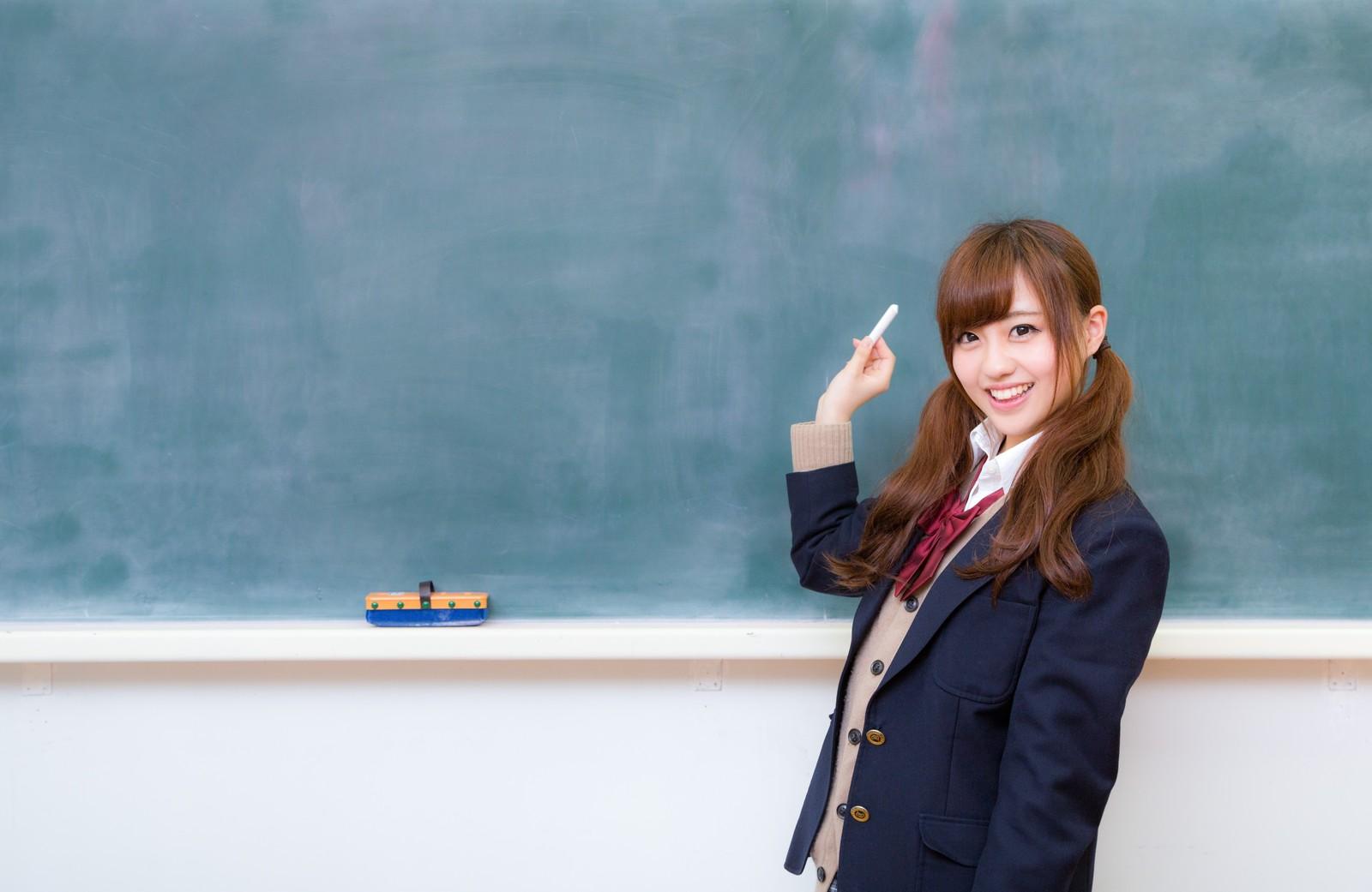 黒板に答えを書きに行く女子高校生
