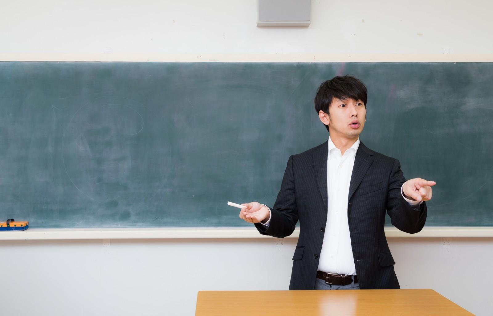 熱心に教えている若い先生