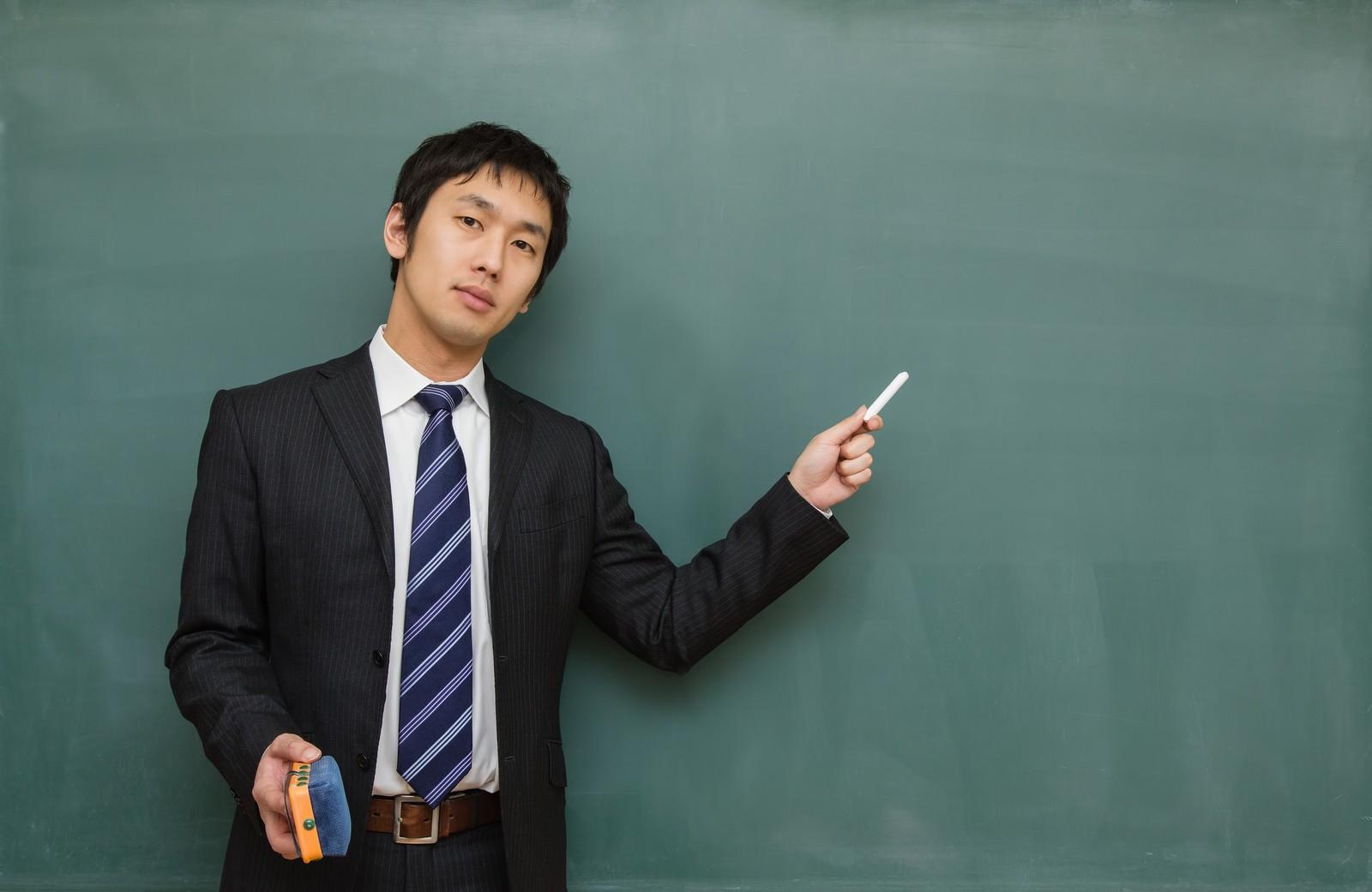 黒板を使って説明をする若い先生